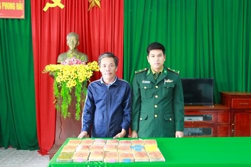Ông Lộc nộp lại 21 gói ny lon cho biên phòng Phong Hải. Ảnh: Võ Thạnh.