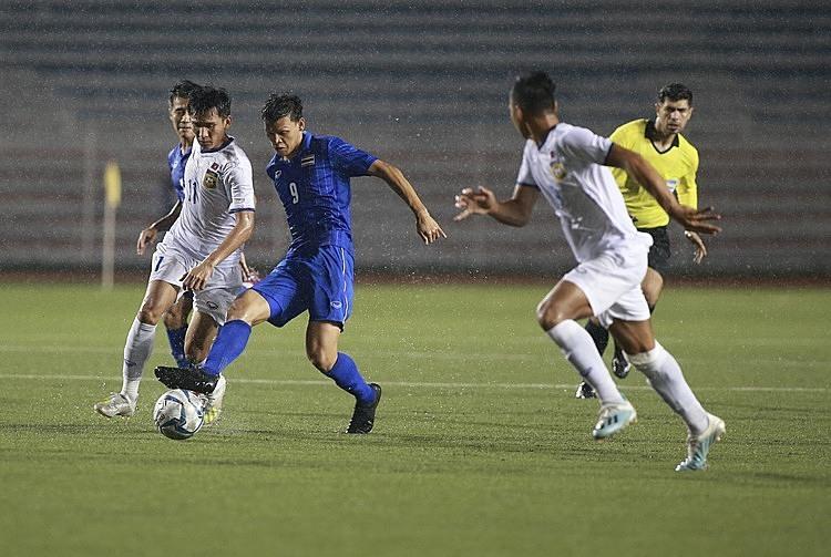 Supachai (xanh), dù không đạt thể trạng tốt, vẫn phải vào sân khi Thái Lan gặp khó. Ảnh: Lâm Thỏa.