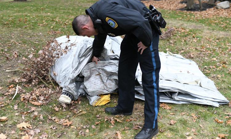 Cảnh sát thị trấn Milton, hạt Norfolk, bang Massachusetts, Mỹ kiểm tra chiếc cầu trượt rơi xuống nhà dân hôm 1/12. Ảnh: Boston Herald.