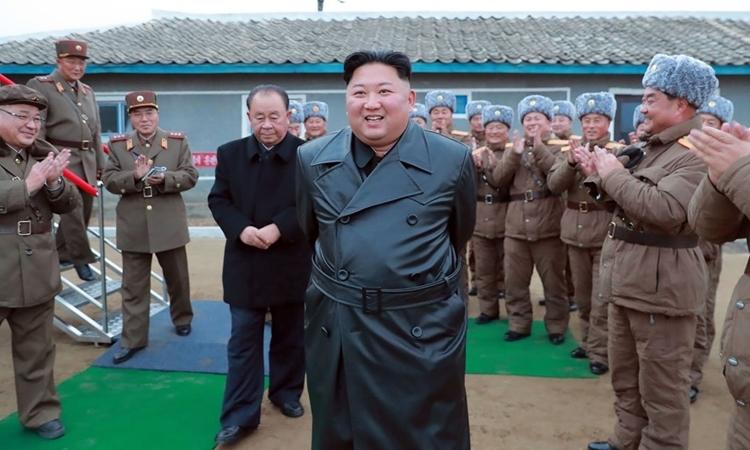 Chủ tịch Triều Tiên Kim Jong-un trực tiếp giám sát vụ thử pháo phản lực siêu lớn hôm 28/11. Ảnh: KCNA.