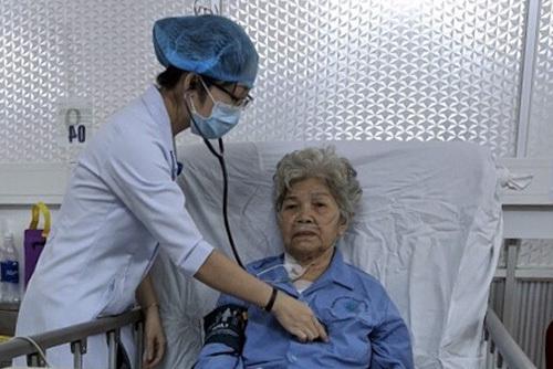 Bệnh nhân Đặng Thị Diệu đang được chăm sóc tại viện. Ảnh: Thanh Phong