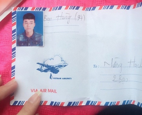 Cẩn thận dán ảnh thẻ lên phong bì để tránh nhìn nhầm.
