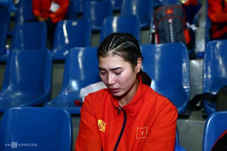 Hoàng Thị Cúc vừa khóc vừa chia sẻ sự bất mãn của bản thân trong lúc đợi nhận HC Bạc. Ảnh: Phạm Đương.