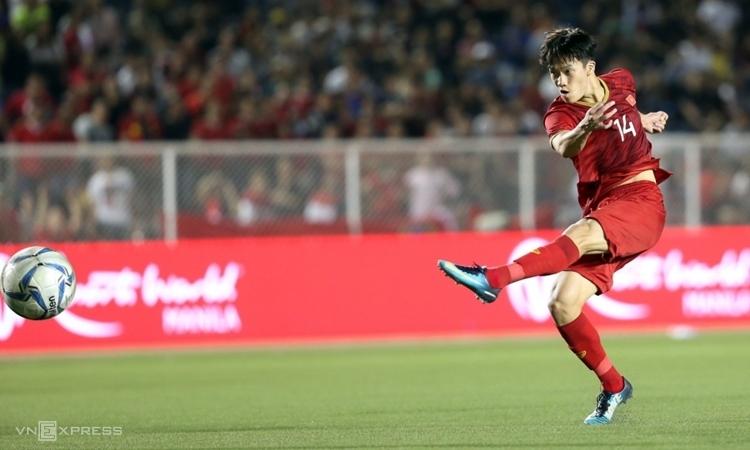 Hoàng Đức sút xa thành bàn mang về chiến thắng 2-1 trước Indonesia hôm 1/12. Ảnh: Đức Đồng.