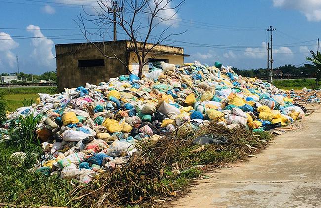 Nhà chứa rác ở xã Bình Trung, huyện Thăng Bình bị tràn ra ngoài. Ảnh: Đắc Thành.