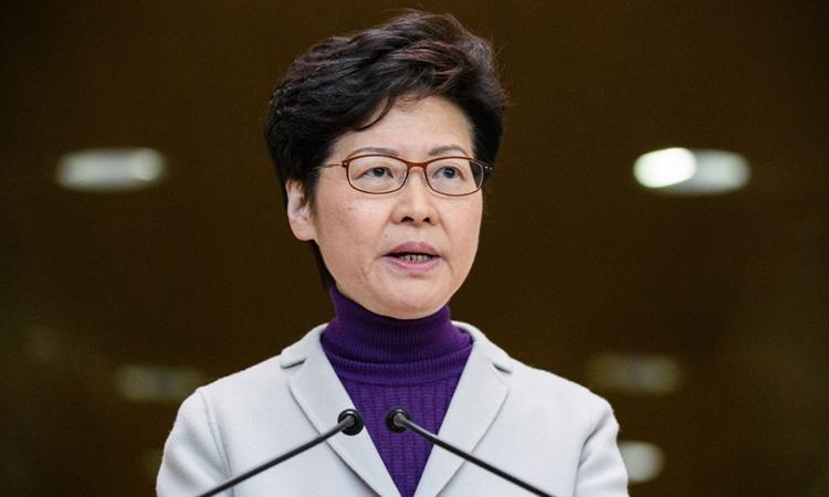 Trưởng đặc khu Hong Kong Carrie Lam tại buổi họp báo hôm nay. Ảnh: AFP.