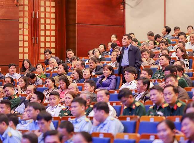Cử tri Nguyễn Quang Nga đặt câu hỏi. Ảnh: Nguyễn Đông.