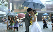 10 khoảnh khắc độc đáo nhất của đám cưới mùa mưa bão