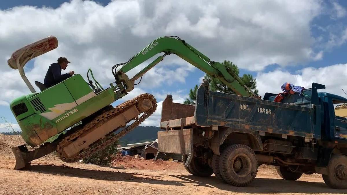 Cách máy xúc 'trèo' lên thùng xe tải