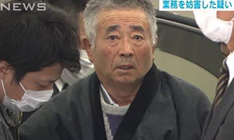 Akitoshi Okamoto (giữa) khi bị cảnh sát Nhật Bản bắt. Ảnh: Soranews.