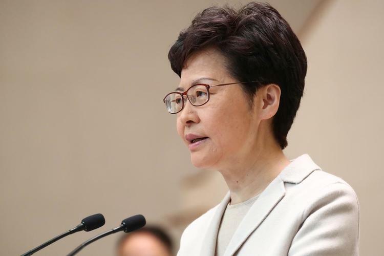 Trưởng đặc khu Hong Kong Carrie Lam phát biểu trước giới truyền thông sau cuộc bầu cử cấp quận hôm 26/11. Ảnh: Reuters.