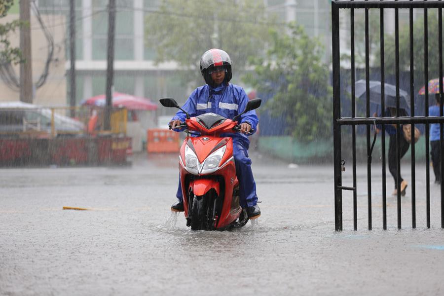 Sân đấu trận Việt Nam - Singapore ngập nước