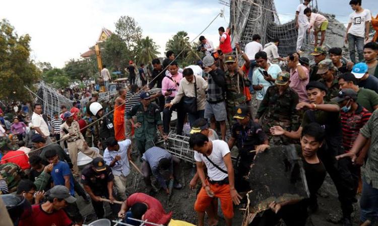 Hiện trường vụ sập chùa đang xây ở tỉnh Siem Reap, Campuchia hôm 2/12. Ảnh: AFP.