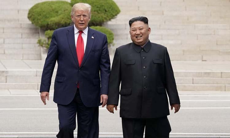 Tổng thống Mỹ Donald Trump (trái) và lãnh đạo Triều Tiên Kim Jong-un tại khu phi quân sự ở biên giới liên Triều hôm 30/6. Ảnh: Reuters.