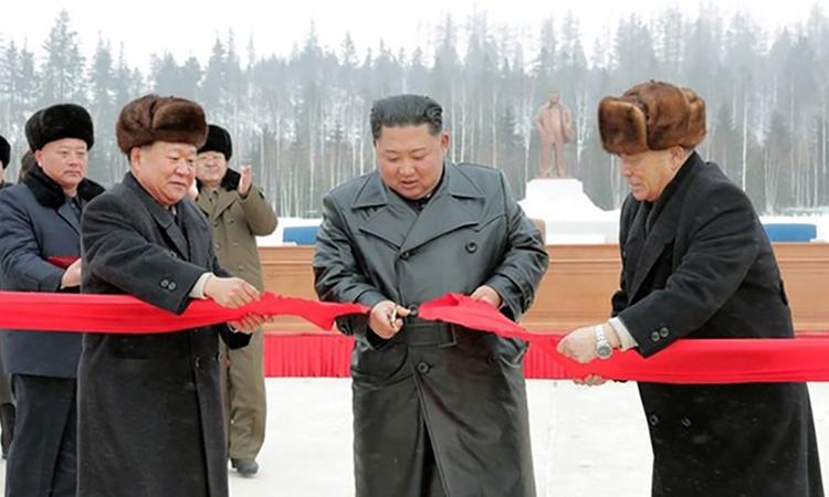 Lãnh đạo Triều Tiên Kim Jong-un cắt băng khánh thành Samjiyon ngày 2/12. Ảnh: KCNA.