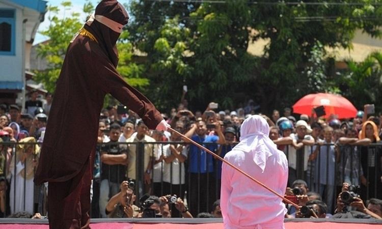 Một phụ nữ Malaysia theo đạo Hồi bị phạt roi công khai vào năm ngoái vì quan hệ đồng giới. Ảnh: AFP.