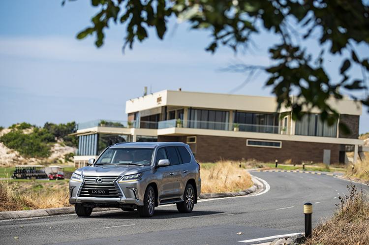 Lexus LX 570 là SUV lớn nhất của Lexus trong danh mục sản phẩm. Thiết kế xe tiếp nối những ưu việt của phiên bản cũ, kết hợp sự sang trọng và nét tinh tế, hiện đại. Phiên bản mới sử dụng vành hợp kim nhôm 21 inch.