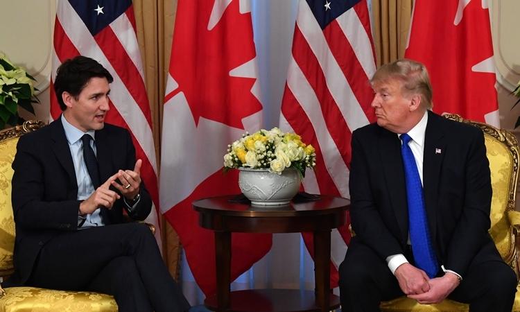 Tổng thống Mỹ Trump (phải) và Thủ tướng Canada Justin Trudeau gặp nhau bên lề hội nghị NATO ở Anh ngày 3/12. Ảnh: AFP.