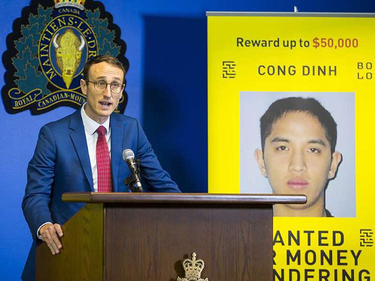 Ông Maxime Langlois, thuộc dự ánBOLO Program, tuyên bố treo thưởng 50.000 CAD để truy bắt Cong Dinh (ảnh phía sau) hôm 3/12 tại Vancouver, Canada. Ảnh: Vancouver Sun