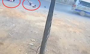 Ôtô lại đánh rơi hai học sinh trên quốc lộ