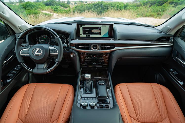 Lexus LX 570 chính hãng tại Việt Nam được sản xuất và nhập khẩu nguyên chiếc từ Nhật Bản. Xe có 7 tùy chọn màu ngoại thất và 4 màu nội thất. Giá bán 8,34 tỷ đồng.Nội thất xe bọc da, ốp gỗ cao cấp Shimamoku được cắt và đánh bóng từ những Takumi. Hệ thống âm thanh vòm 19 loa Mark Levinson hứa hẹn mang tới trải nghiệm âm thanh 3D sống động. Điều hòa Lexus Climate Concierge 4 vùng độc lập. Trang bị an toàn trên xe gồm 10 túi khí, hệ thống cảnh báo điểm mù BSM và cảnh báo phương tiện cắt ngang khi lùi.