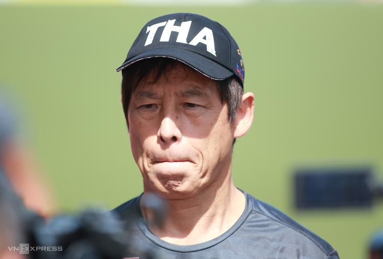 HLV Akira Nishino trong buổi tập trên sân Rizal Memorial sáng 4/12. Ảnh: Lâm Thoả