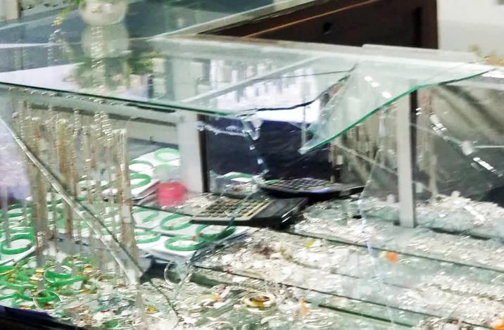 Tủ kính tiệm vàng bị đập vỡ. Ảnh: Hạ Ly.