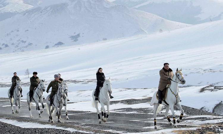 Ảnh Kim Jong-un cùngphu nhân Ri Sol Ju vàquan chức Triều Tiêncưỡi ngựa trên núi thiêng Peaktu được công bố ngày 4/12. Ảnh: KCNA.