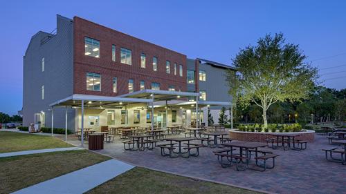 Tọa lạc tại Houston ‐ thành phố lớn nhất bang Texas với nhiều người Việt sinh sống, The Village School được thành lập năm 1966 là trường trung học nội trú xuất sắc tại đây. Trường được công nhận bởi hiệp hội các trường trung học tư thục nội trú ở bang Texas (TAAPS) và là thành viên của tổ chức Tú tài quốc tế trên thế giới (IBO).