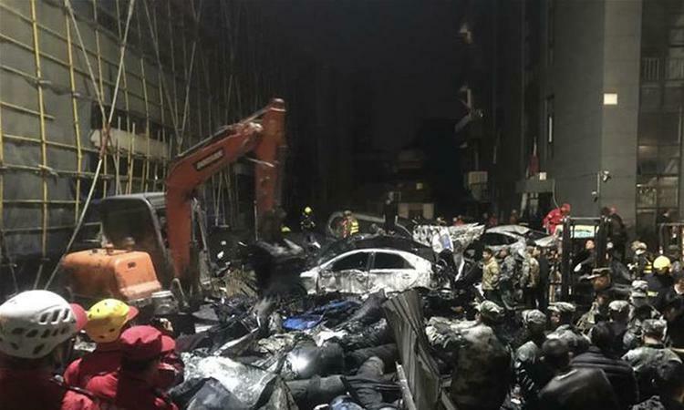 Lực lượng cứu hộ đang tìm kiếm nạn nhân trong đống đổ nát sau vụ sập bể chứa chất thải ở tỉnh Chiết Giang, Trung Quốc, hôm 3/12. Ảnh: Xinhua.