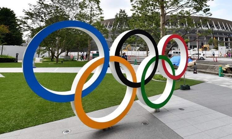 Biểu tượng Olympic được lắp đặt trên đường phố Tokyo. Ảnh: AFP.