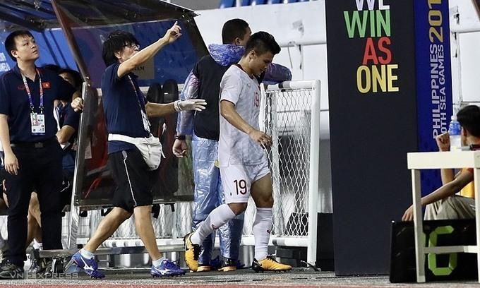 Quang Hải đi thẳng vào phòng thay đồ sau khi rời sân ở hiệp một trận đấu với Singapore.