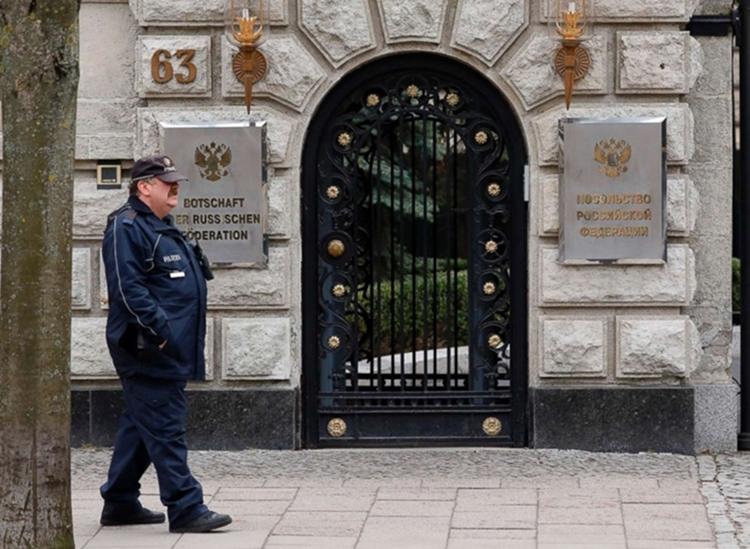 Một cảnh sát đi trước đại sứ quán Nga tại Berlin tháng 3/2018. Ảnh:AFP.