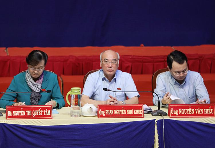 Các đại biểu tiếp xúc cử tri. Ảnh: Quỳnh Trần.