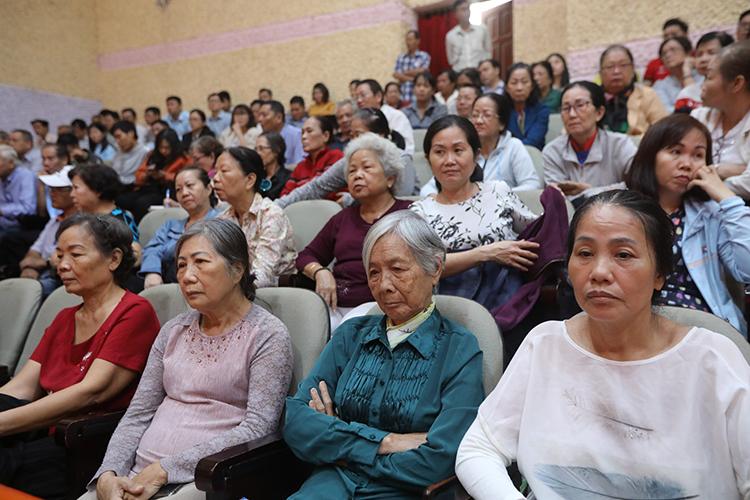 Người dân Thủ Thiêm tại buổi tiếp xúc cử tri. Ảnh: Quỳnh Trần.