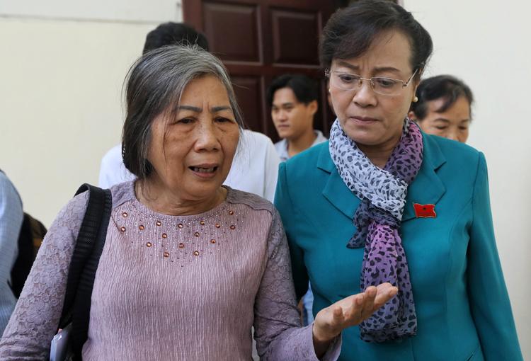 Đại biểu Quốc hội Nguyễn Thị Quyết Tâm (phải) nghe cử tri phản ánh sau buổi làm việc. Ảnh: Quỳnh Trần.