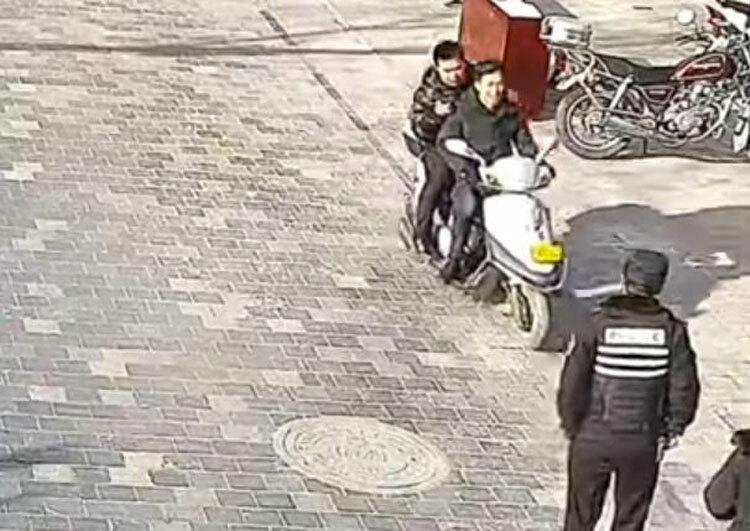Trương lái xe về đồn cảnh sát. Ảnh: WeVideo.