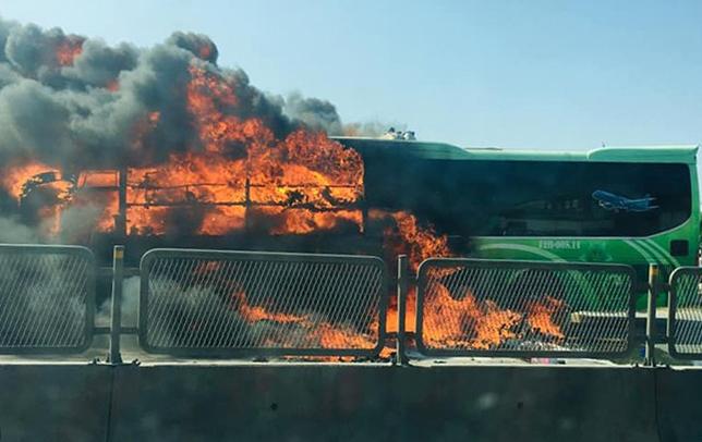 Chiếc xe bốc cháy nghi ngút. Ảnh: Lam Sơn.