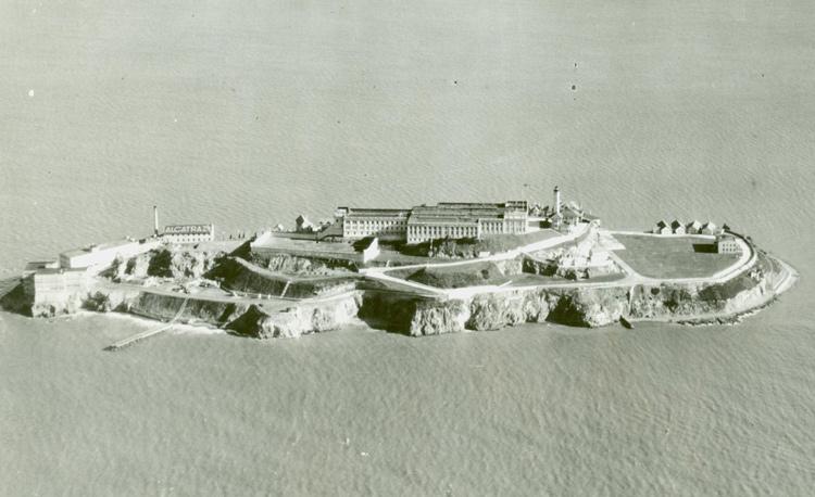 Nhà tù Alcatraz từ trên cao. Ảnh: FBI.