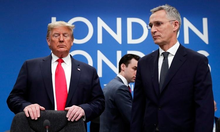 Tổng thống Mỹ Donald Trump (trái) và Tổng thư ký NATO Jens Stoltenberg tại một phiên họp của hội nghị thượng đỉnh NATO ở London, Anh. Ảnh: Reuters.