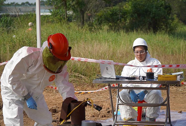 Các chuyên gia nước ngoài đo đạc mức độ nhiễm dioxin ở sân bay Biên Hoà sáng nay. Ảnh: Phước Tuấn