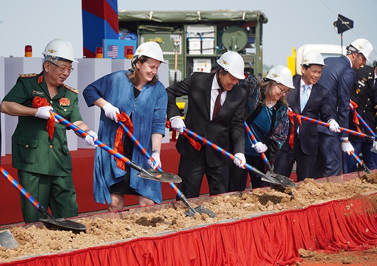 Phó Thủ tướng Trương Hoà Bình cùng đại biểu 2 nước Việt Nam, Mỹ thực hiện nghi thức khởi công dự án. Ảnh: Phước Tuấn