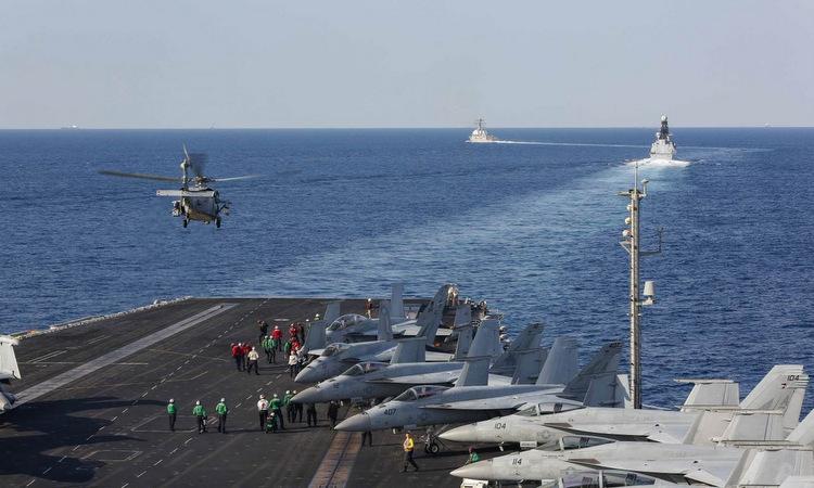 Tàu sân bay Mỹ và các chiến hạm hộ tống đi qua eo biển Hormuz hôm 19/11. Ảnh: US Navy.