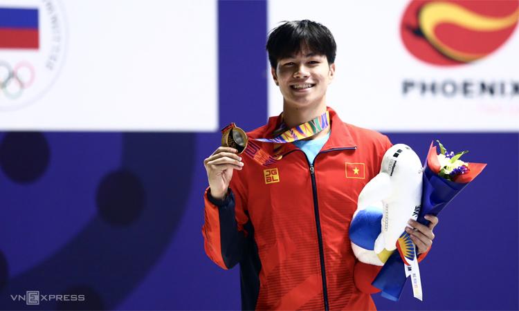 Hưng Nguyên rạng ngời trên bục nhận huy chương tại Cung thể thao dưới nước New Clarks Citytối 5/12. Ảnh: Phạm Đương.