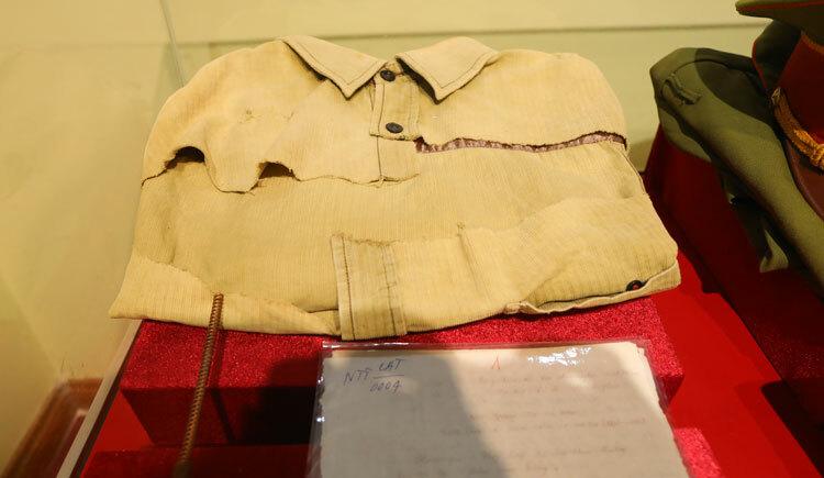 Tấm áo từng thấm máu liệt sĩ Cường mặc hôm trúng đạn trưng bày trong Phòng truyền thống Công an tỉnh Điện Biên.Ảnh: Ngọc Thành.