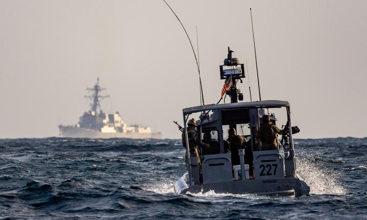 Xuồng vũ trang và tàu USS Forrest Sherman tại Vùng Vịnh hôm 19/11. Ảnh: USS Navy.