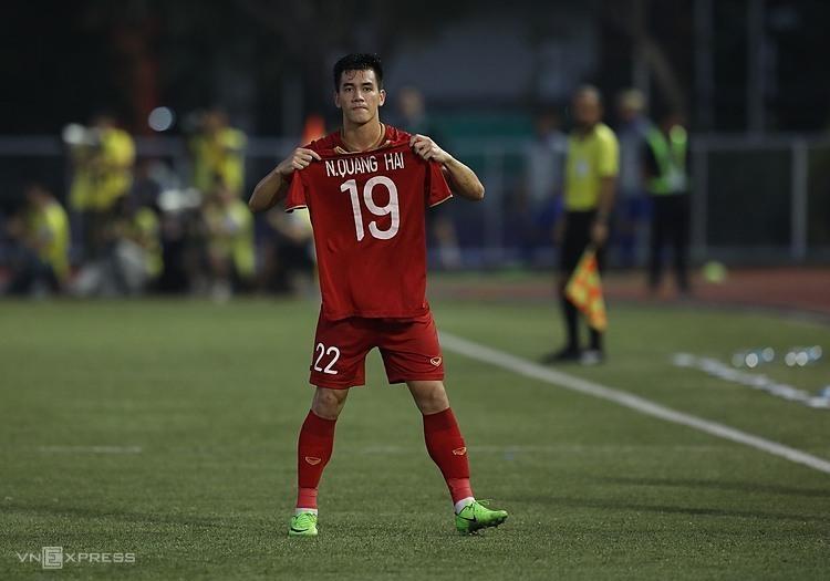 Tiến Linh giơ áo đấu của Quang Hải, sau khi gỡ hòa 2-2. Ảnh: Đức Đồng.