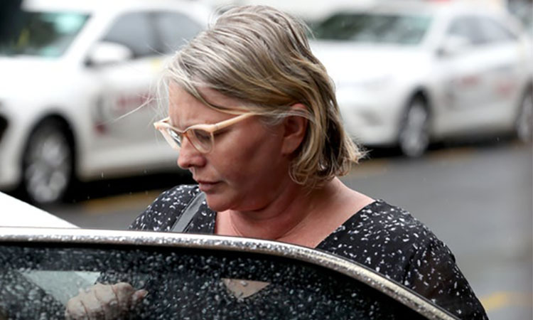 Veronica Hilda Theriault rời một phiên tòa ở Adelaide, bang Nam Australia ngày 25/3. Ảnh: AAP.