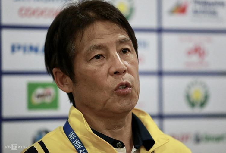 HLV Nishino trả lời phỏng vấn sau trận đấu Việt Nam chiều 5/12. Ảnh: Đức Đồng.