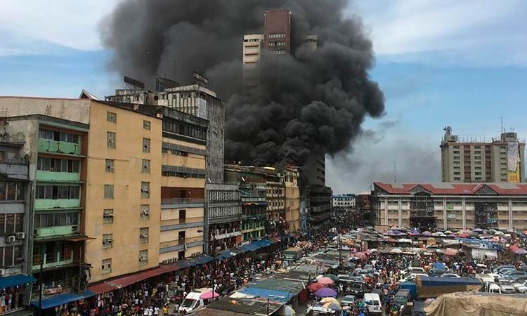 Một vụ hỏa hoạn ở thành phố Lagos, Nigeria hồi tháng 5. Ảnh: AP.